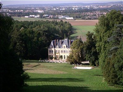 Castel 30 Km from Paris perfect to make Hotel  its